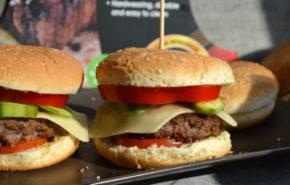 Hamburger de casa, pregatit la grill