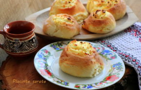 Plăcinte cu aluat de casă și brânză sărată