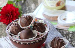 Bomboane de casa, cu nuca de cocos si ciocolata neagra